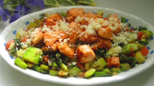 Deliciosamente sano daditos de salmón con verduritas 2
