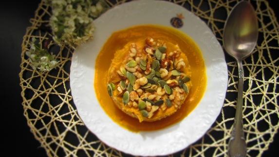 Deliciosamente sano crema de calabaza con arroz integral garbanazos y nueces 1 (1)