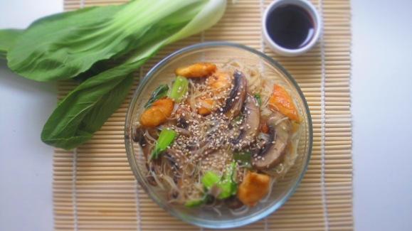 Deliciosamentesano noodles de arroz con pak choi 1 (1)