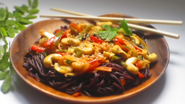 Deliciosamentesano noodles de arroz negro estilo thai (2)