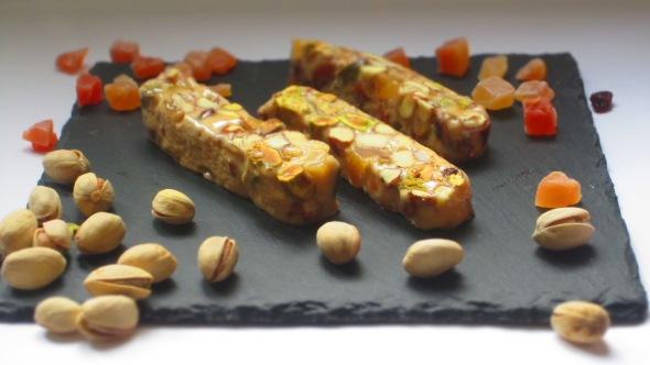 Deliciosamentesano turrón de amendras, pistachos y mango